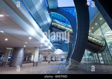 Innere des flughafen terminal geb ude am dubai for Moderne architektur gebaude