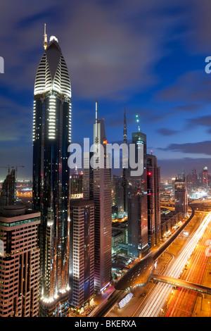 Erhöhten Blick auf die modernen Hochhäuser entlang der Sheikh Zayed Road mit Blick auf den Burj Kalifa, Dubai, Vereinigte - Stockfoto
