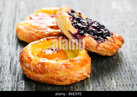 Closeup auf drei süße Frucht dänischen desserts - Stockfoto