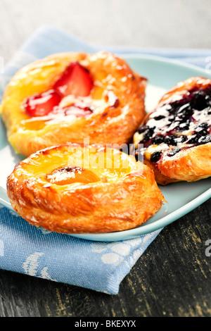 Nahaufnahme von drei dänischen Fruchtdesserts auf einem Teller - Stockfoto