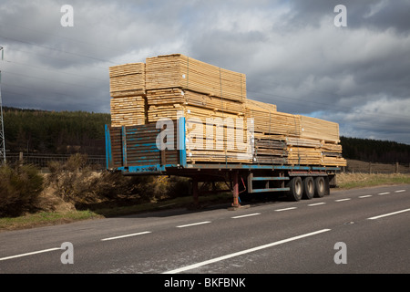 Lkw oder LKW-Anhänger in legen, indem mit der bearbeiteten Bohlen Schnittholz, Aviemore, Schottland, Großbritannien - Stockfoto