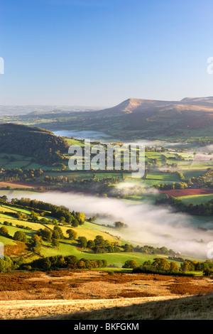 Rollende Nebel bedeckt Ackerland in Usk Valley, Brecon Beacons National Park, Powys, Wales, UK. Herbst (Oktober) - Stockfoto