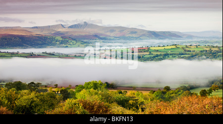 Mit Blick auf Nebel bedeckt Landschaft in Richtung Pen y Fan und den Brecon Beacons Bergen, Brecon Beacons National - Stockfoto