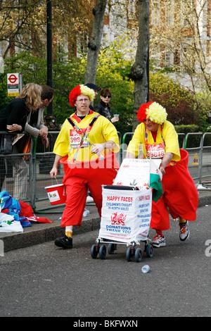 London Marathon 2010 clowns - Stockfoto