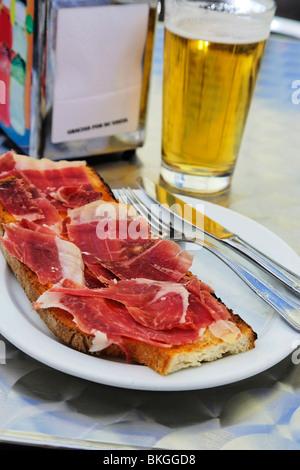 Jamón Serrano Mit Bier, Madrid, Spanien - Stockfoto