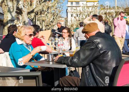 Cannes, La Croisette, alte ältere Senioren Rentner Tee trinken auf Promenade in Frühlingssonne sehen Sie die Welt - Stockfoto
