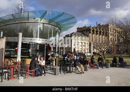 St Andrew Square Edinburgh mit Coffee Republic Café im Freien, Kunden in warme Kleidung sitzen draußen im März Sonne - Stockfoto