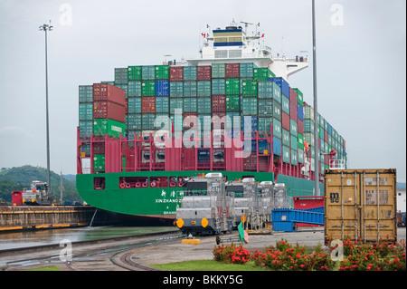 Ein Panamax-Containerschiff-Transite Miraflores-Schleusen, Panama-Kanal - Stockfoto