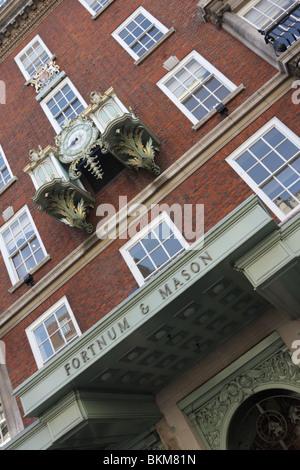 Fortnum & Mason in Piccadilly London, dem berühmten läuten Uhr über einer der Eingänge. - Stockfoto