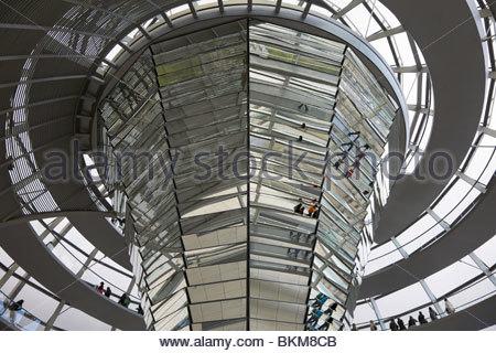 Blick in die gläserne Kuppel des Reichstags in Berlin, Deutschland. - Stockfoto