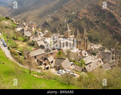 AERIEL Blick der schönen mittelalterlichen Stadt von Conques mit antiken französischen Architektur Aveyron Midi - Stockfoto