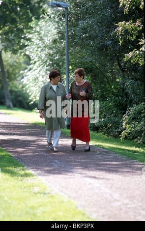 Frauen in Führungspositionen machen Sie einen Spaziergang außerhalb - Stockfoto