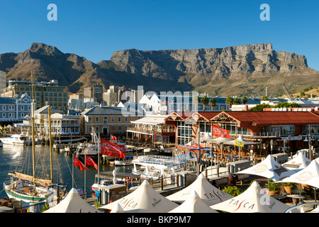 Am frühen Morgen Blick auf die Waterfront in Kapstadt mit dem Tafelberg im Hintergrund. - Stockfoto