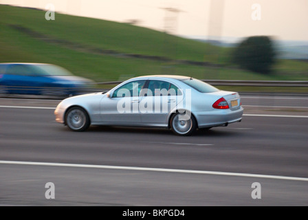Silberne Mercedes-Limousine auf der M62. - Stockfoto
