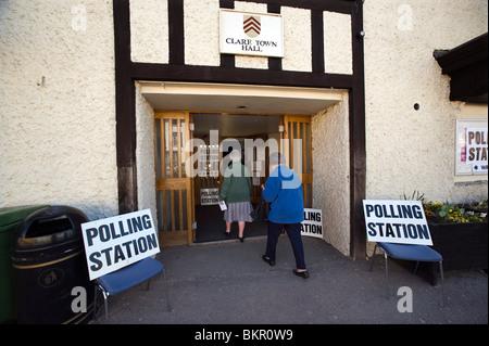 Quintessenz mittleren England Wähler gehen zu den Urnen in Clare, Suffolk, England, UK am Wahltag 6. Mai 2010. - Stockfoto
