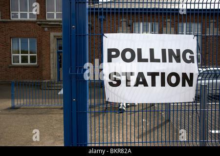 Wahllokal UK mit Sitz in einer Schule für allgemeine Wahl Mai 2010 - Stockfoto