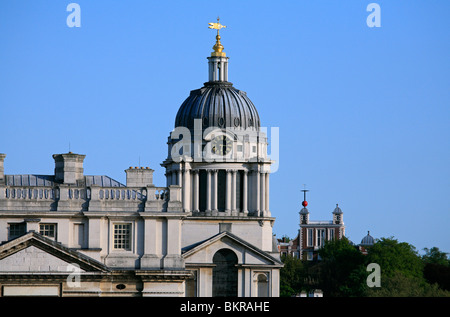 Der Westflügel des Wren es Meisterwerk, die Kuppel und die Uhr des Royal Naval College mit dem Royal Observatory - Stockfoto