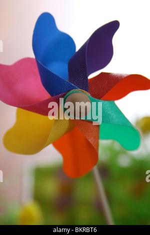 Windrad-Nahaufnahme mit einem Kaleidoskop von Farben. - Stockfoto