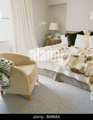 kunstpelz werfen auf bett mit wei em leinen in reihenhaus schlafzimmer mit kleine holzkiste und. Black Bedroom Furniture Sets. Home Design Ideas