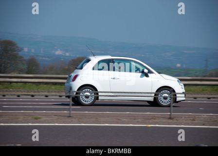 Fiat 500 auf der M62. - Stockfoto