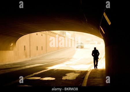 Silhouette Mann in einem Straßentunnel in Brüssel, Belgien - Stockfoto