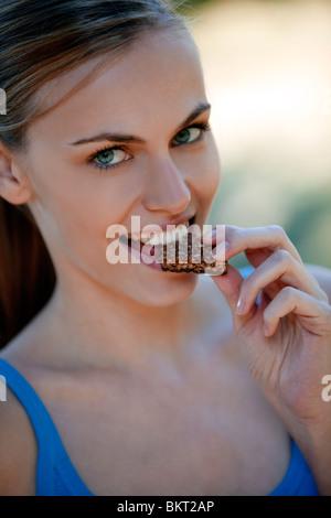 Mädchen essen einen snack - Stockfoto