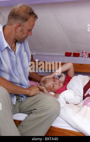 Vater mit krankes Kind im Bett - Stockfoto
