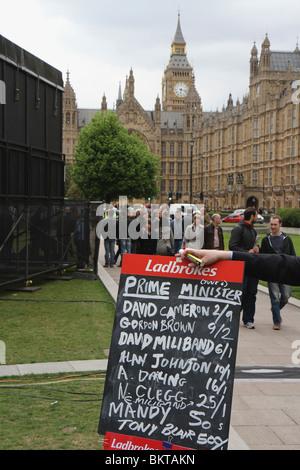 Wett-Quoten für Premierminister während britische allgemeine Wahl des 6. Mai 2010 außerhalb des Parlaments in Westminster. - Stockfoto