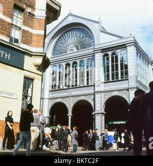 Zur Mittagszeit Menschenmenge vor Braten Restaurant im Borough Market, London England UK KATHY DEWITT - Stockfoto