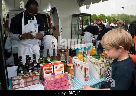Feier der Welt 'Fair Trade'-Tag, dem Park La Villette, Kinder, organische Shopping in Essen Shop, Street Hersteller - Stockfoto