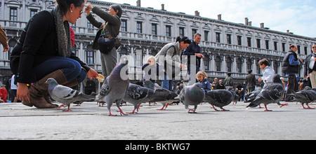 Touristen und Tauben in Markusplatz entfernt, Venedig, Italien - Stockfoto