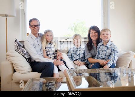 Happy Family im Wohnzimmer - Stockfoto