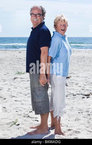 Älteres Ehepaar stehen Rücken an Rücken - Stockfoto