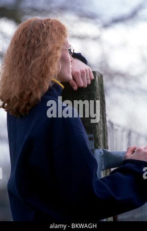 Frau stehend außerhalb nachdenkliche Stimmung und Tageslicht - Stockfoto