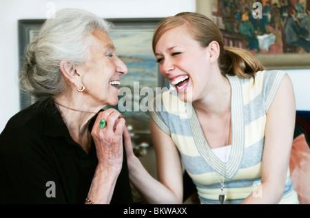 Einem jungen und einer älteren Frau, lachen - Stockfoto