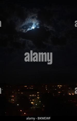 Vollmond mit wolken in der nacht stockfoto bild 31378084 alamy - Nasse fenster uber nacht ...
