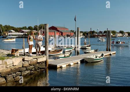 Stock Foto von ein paar am Pier in Mystic Seaport, Mystic, Connecticut, USA. - Stockfoto