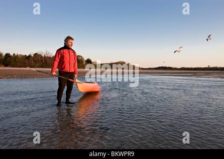Ein Mann Seekajak im Morgengrauen bei der Verlagerung viel Preserve in Plymouth, Massachusetts.  Cape Cod Bay - Stockfoto