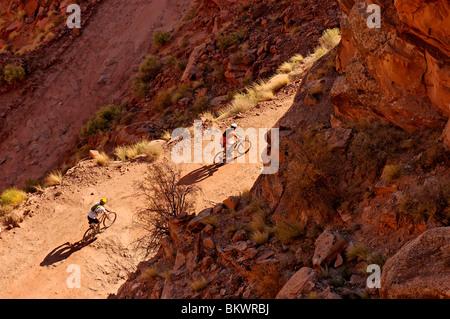 Stock Foto von zwei Mountainbiker Shafer Trail unterwegs auf der Insel im Himmel Bereich der Canyonlands National - Stockfoto