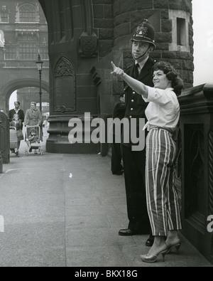CONNIE FRANCIS US-amerikanische Sängerin und Schauspielerin mit einem Polizisten auf London Bridge im Jahr 1960