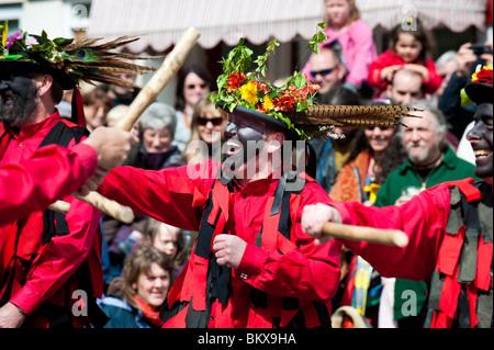 Ironmen und Severn Vergolder Moriskentänzer, Clun Green Man Festival, Shropshire, England - Stockfoto