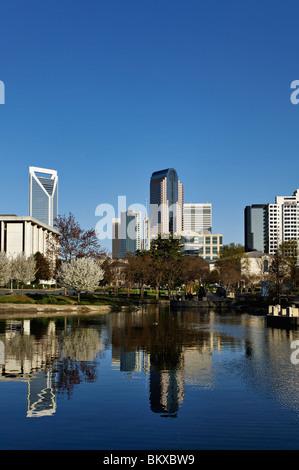 Charlotte, North Carolina-Skyline im See in Marshall Park widerspiegelt - Stockfoto