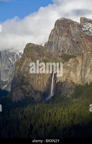 Yosemite Nationalpark, Kalifornien: Bridalveil Falls im Yosemite Valley, von dem Aussichtspunkt im Tunnel View - Stockfoto