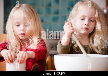 Zwei Mädchen Kochen - Stockfoto