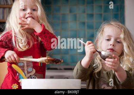 Zwei Mädchen essen - Stockfoto