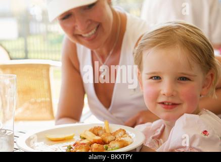 Nahaufnahme einer Frau und ihrer Tochter in einem Restaurant Essen - Stockfoto