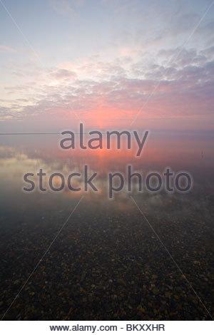 Die Sonne geht in eine Farbenpracht über die Beaufort-See, Feuer durch Rauch in die Atmosphäre aus einer tundra - Stockfoto