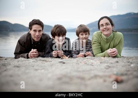 Eine Familie nimmt eine Porträt am Strand ein Bergsee. - Stockfoto