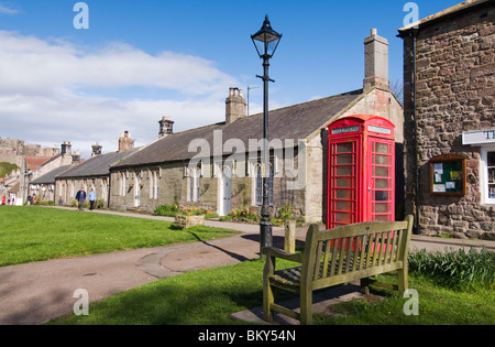 Rotes Telefon Box in Bamburgh Northumberland - Stockfoto