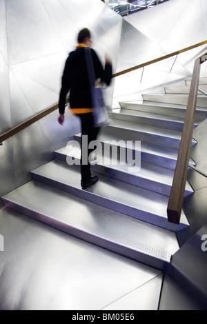 Edelstahltreppe in den Eingang zum Caixa Forum Gebäude, Madrid, Spanien, arbeiten von Jacques Herzog und Pierre - Stockfoto